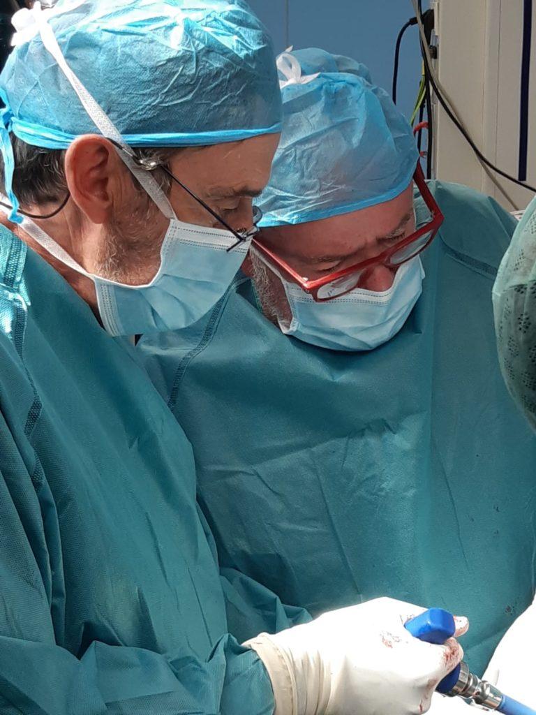 El Dr. Ferrer junto al Dr. Achalandabaso en un momento de la intervención